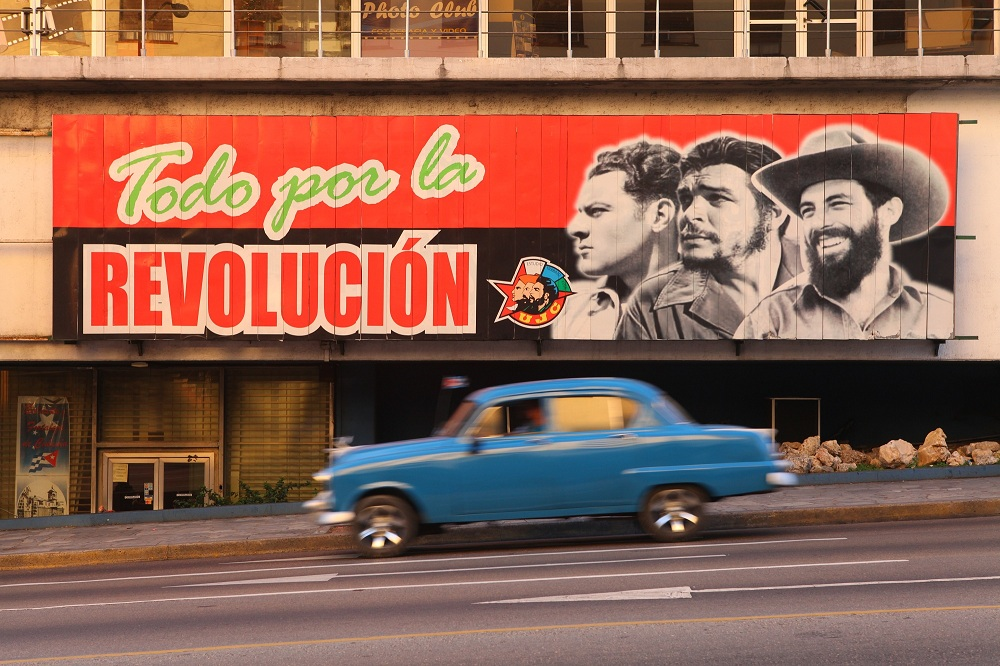 CU_9891 Revolutionary slogans on La Rampa, Havana 2000; copyright Christopher P Baker